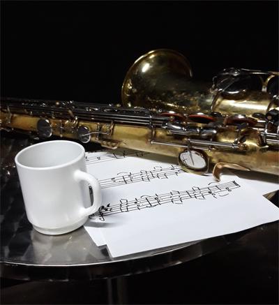 Saxophon mit Noten aus dem Repertoire des Saxophonisten